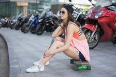 Ksenia skateboardflicka Arkivfoto