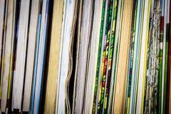 Książki bez pokrywy na półce fotografia stock