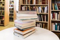 Książkowa sterta Na Białym biurku W Bibliotecznym pokoju fotografia stock