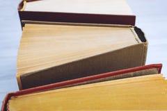 Książkowy tło Odgórny widok otwarty hardback rezerwuje na drewnianym stole Edukacja, literatura, wiedza szkoła, Z powrotem kosmos obraz stock