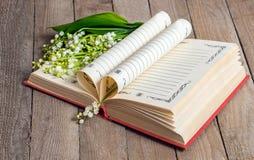 Książek strony składali w serce i kwiat leluję Obraz Stock