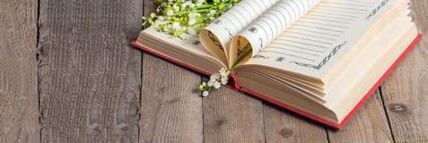Książek strony składali w serce i kwiat leluję Zdjęcie Royalty Free