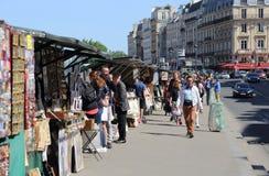 Książka i pamiątka opóźniamy wzdłuż wontonu, Paryż Fotografia Royalty Free
