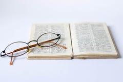 Książka i szkła na białym tle fotografia royalty free