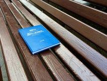 Książka jest na ławce Zdjęcia Royalty Free