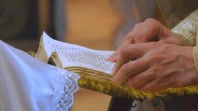 Książka jest w rękach ksiądz zbiory