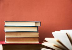 Książka jest wiele Sterta kolorowe książki Edukaci tło tylna szkoły Rezerwuje, hardback kolorowe książki na drewnianym stole r Obrazy Royalty Free