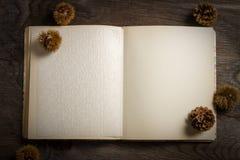 Książka kucharska otwarta na Drewnianym stole Zdjęcia Royalty Free