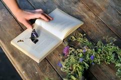 Książka na drewnianej stołowej wsi Obraz Stock