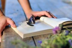 Książka na drewnianym stole Zdjęcie Stock