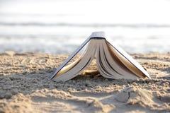 Książka na plaży fotografia stock