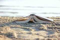 Książka na plaży Fotografia Royalty Free