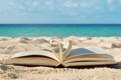 Książka na plaży zdjęcie stock