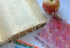 Książka, notatnik, ołówki i jabłko, Obraz Royalty Free