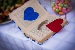 Książka, pierścionki, poślubia zdjęcie stock