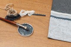 Książka robić malujący niektóre, papier i tkanina i narzędzia Zdjęcia Stock