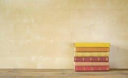 książka serii sterta występować samodzielnie zdjęcia stock