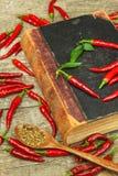 Książka starzy cookery przepisy i świezi chili pieprze kuchnia korzenna Meksykański jedzenie obraz royalty free