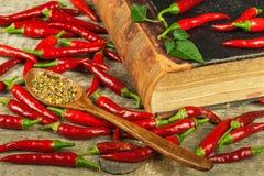 Książka starzy cookery przepisy i świezi chili pieprze kuchnia korzenna Meksykański jedzenie zdjęcia stock