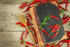 Książka starzy cookery przepisy i świezi chili pieprze kuchnia korzenna Meksykański jedzenie obrazy stock