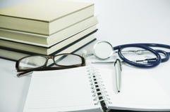 Książka, stetoskop i szkła Konceptualni, - Fotografia Stock