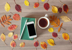 Książka telefon i filiżanka herbata, Zdjęcie Stock