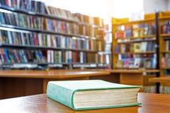 Książka w bibliotece na drewnianym stole obraz stock
