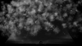 Książka w mgle Tajemniczy dym odkrywał książkę Obrazy Royalty Free