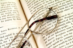 książka w wieku 18 - wezwij okulary obraz stock