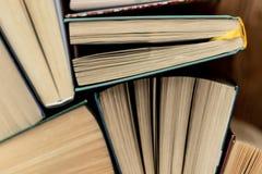 książka wiele stosy Hardback książki na drewnianym stole obraz stock