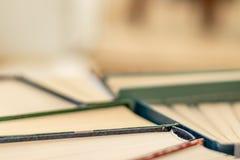 książka wiele stosy Hardback książki na drewnianym tablewith copyspace obraz royalty free
