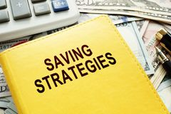 Książka z imię oszczędzanie strategiami, pieniądze i fotografia royalty free