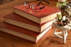 Książka z pokrywy trzy czerwonymi książkami Zdjęcia Royalty Free