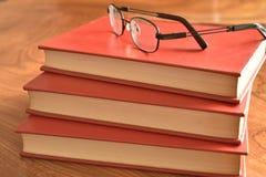 Książka z pokrywy trzy czerwonymi książkami Obraz Royalty Free