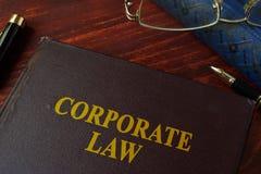 Książka z tytułowym korporacyjnym prawem zdjęcie royalty free