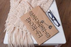 Książka zawija w starym papierze i podpisujący z drewnianymi list kobiety sekretami na, rezerwuje klucz fotografia royalty free