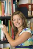 książki żeński college, sięgający uczeń biblioteki obrazy stock