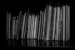 Książki bez pokrywy na półce zdjęcia stock