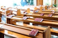 Książki biblia są stołami w katoliku Obrazy Royalty Free