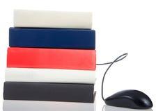 Książki brogować z komputerową myszą nadchodzącą out, puste miejsce, odizolowywający na bielu Obraz Royalty Free