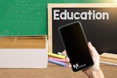 Książki i czerni deska Pojęcie edukacja online zdjęcia stock