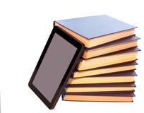 Książki i nowożytny pastylka komputer, pojęcie ewolucja Obraz Stock