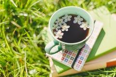 Książki i wiosny herbaciana filiżanka obrazy royalty free