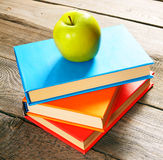 książki jabłczana green Na drewnianym tle Obrazy Royalty Free