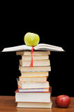 książki jabłczana sterta fotografia royalty free