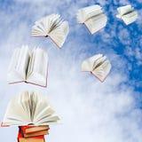 Książki latają z stosu książki zdjęcie stock