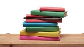 Książki na drewnianego szelfowego zakończenia odosobnionym bielu Obraz Royalty Free