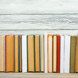 Książki na grunge biurka drewnianej stołowej półce w bibliotece Popiera szkoły tło, kopii przestrzeń dla twój reklama teksta Star Obraz Royalty Free