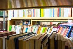 Książki na półkach w bibliotece Obrazy Stock