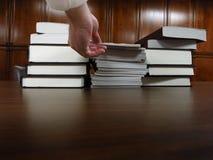 Książki na stole w bibliotece Zdjęcie Stock
